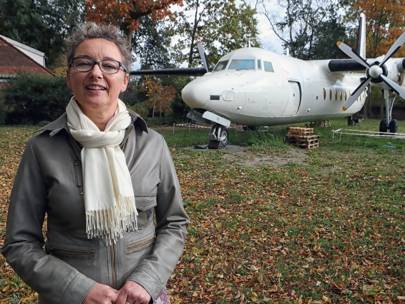 Bed adn breakfast eigenaar Esther Slootweg met de Fokker F27